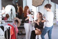 Artistas de maquillaje que preparan el modelo profesional foto de archivo