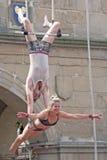 Artistas de Trapeze que se realizan en calle Foto de archivo libre de regalías