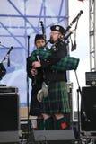 Artistas del funcionamiento, orquesta,  tubos nacionales escoceses y tambores de los instrumentos musicales del conjunto Fotos de archivo libres de regalías