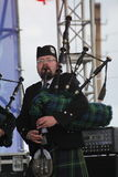 Artistas del funcionamiento, orquesta,  tubos nacionales escoceses y tambores de los instrumentos musicales del conjunto Fotografía de archivo libre de regalías