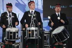 Artistas del funcionamiento, orquesta,  tubos nacionales escoceses y tambores de los instrumentos musicales del conjunto Fotografía de archivo
