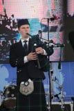 Artistas del funcionamiento, orquesta,  tubos nacionales escoceses y tambores de los instrumentos musicales del conjunto Imágenes de archivo libres de regalías