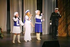 Artistas del funcionamiento, solistas de los soldados y bailarines de la canción y conjunto de la danza del distrito militar del  Foto de archivo