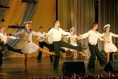 Artistas del funcionamiento, solistas de los soldados y bailarines de la canción y conjunto de la danza del distrito militar del  Fotos de archivo