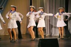 Artistas del funcionamiento, solistas de los soldados y bailarines de la canción y conjunto de la danza del distrito militar del  Fotografía de archivo
