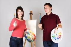 Artistas del hombre y de la muchacha que colocan la base cercana Foto de archivo libre de regalías