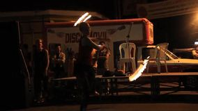 Artistas durante seu fireshow filme