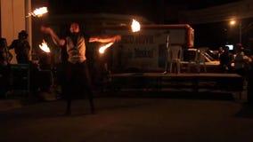 Artistas durante seu fireshow vídeos de arquivo