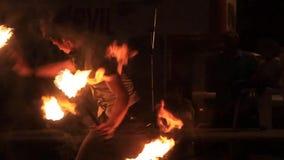 Artistas durante seu fireshow video estoque
