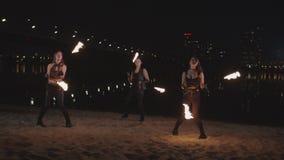 Artistas elegantes del fireshow que bailan con el poi por el río almacen de metraje de vídeo