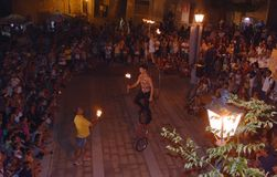 Artistas en la calle juglar del acróbata que se realiza en la calle Fotografía de archivo libre de regalías