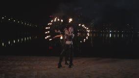 Artistas frescos do fireshow que manipulam a posição sobre por um video estoque