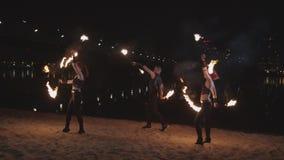 Artistas jovenes que hacen juegos malabares bastones durante la danza al aire libre metrajes