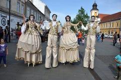 Artistas nos pernas de pau que executam em trajes medievais Foto de Stock