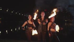Artistas novos que executam a mágica do fireshow no crepúsculo video estoque