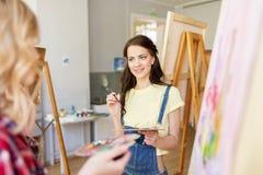 Artistas ou meninas do estudante que pintam na escola de arte Fotos de Stock Royalty Free