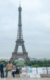 Artistas que indicam pinturas na torre Eiffel fotos de stock royalty free