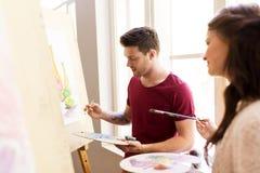 Artistas que pintam ainda a imagem da vida na escola de arte Imagem de Stock