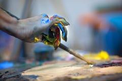Artistas que pintam o pallette Fotos de Stock