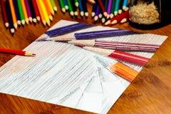 Artistas trabalhos em curso, lápis coloridos de tiragem em um alinhador longitudinal Fotos de Stock Royalty Free