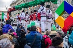 Artista rumano que se realiza el el día de San Patricio Foto de archivo libre de regalías
