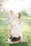 Artiste avec la peinture d'aquarelle de la jeune mariée dans l'outdoo de robe de mariage Photos stock