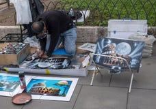 Artiste créant des peintures de Colisé à Rome Image stock
