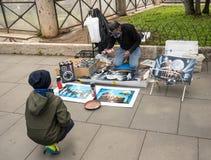 Artiste créant des peintures de Colisé à Rome Photos stock