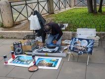 Artiste créant des peintures de Colisé à Rome Images stock