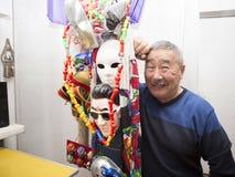 Artiste d'expressioniste dans son studio d'art Photographie stock libre de droits