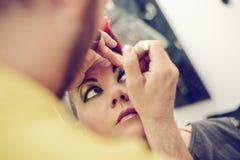 Artiste d'homme de maquillage Photographie stock