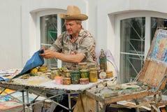 Artiste dans le grand travail de chapeau extérieur avec des peintures Images stock