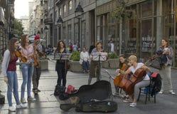 Artiste de Belgrade jouant et souriant Photo stock