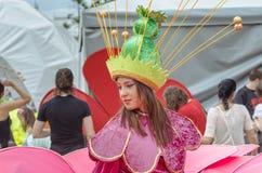 Artiste de femme dans le costume de fleur Image libre de droits