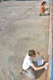 Artiste de graffiti au travail sur une nouvelle création photo libre de droits