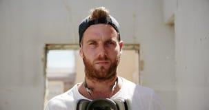 Artiste de graffiti avec le masque protecteur tenant 4k clips vidéos