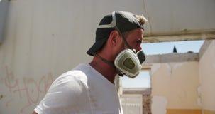 Artiste de graffiti portant le masque protecteur 4k clips vidéos