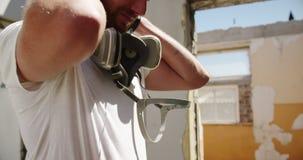 Artiste de graffiti portant le masque protecteur 4k banque de vidéos