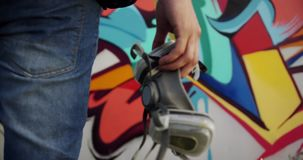 Artiste de graffiti tenant le masque protecteur 4k banque de vidéos