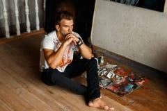Artiste de jeune homme avec une brosse dans le studio Concept d'art image libre de droits