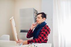 Artiste de jeune homme peignant à la maison la peinture créative image libre de droits