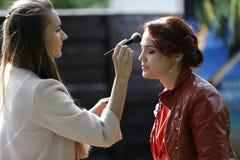 Artiste de maquillage faisant le maquillage image stock