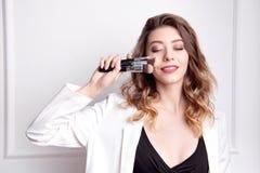 Artiste de maquillage mignon de brune utilisant la brosse de maquillage image stock