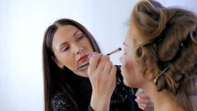 Artiste de maquillage professionnel appliquant le fard à paupières Photographie stock