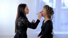 Artiste de maquillage professionnel appliquant le fard à paupières Photo libre de droits