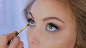 Artiste de maquillage professionnel appliquant le fard à paupières Images libres de droits