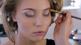 Artiste de maquillage professionnel appliquant le fard à paupières Photos libres de droits