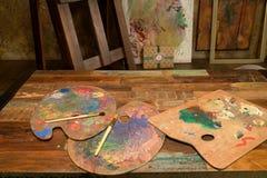 Artiste de palettes sur la table, avec des brosses pour le dessin Images libres de droits