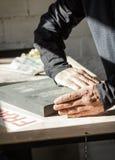 Artiste de peintre travaillant à une toile d'huile Image stock