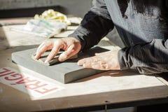 Artiste de peintre travaillant à une toile d'huile Photo libre de droits